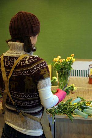 position d amour: Un fleuriste de pr�parer un bouquet de fleurs Banque d'images