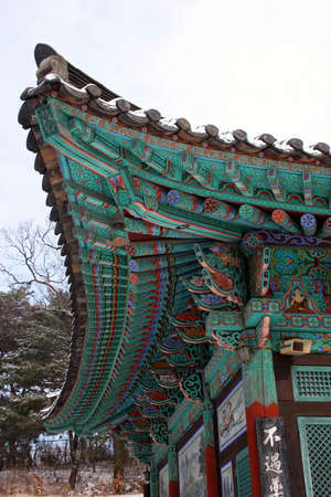 buddhist structures: Corner of the roof of a Korean temple in Seoul