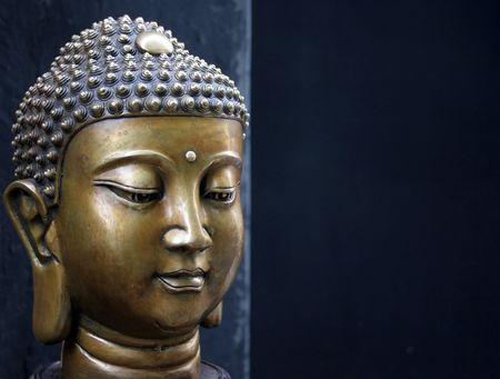 cabeza de buda: Cabeza de Buda de bronce sobre fondo negro - copia espacio
