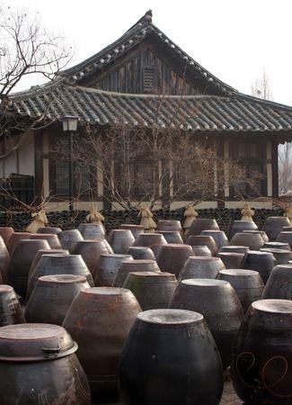 Kimchi T�pfe vor einem Haus in der traditionellen koreanischen Suwon Folk Village, S�d-Korea