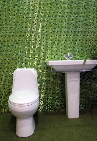 guarniciones: Simple blanco y aseo con lavabo de acero inoxidable accesorios - cuarto de ba�o interiores  Foto de archivo