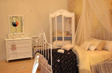 Traditional bedroom decorated in white photo