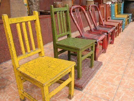 Bunte St�hle aus Holz und Einkaufsviertel Itaewon, Seoul, South Korea  Lizenzfreie Bilder