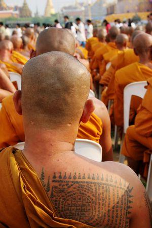 recolectar: Los monjes se re�nen para celebrar el cumplea�os de Buda y el 60 � aniversario de la adhesi�n del Rey al trono, Bangkok, Tailandia.