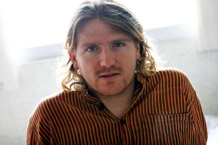 Hombre rubio con mirada seria en su cara Foto de archivo - 430677