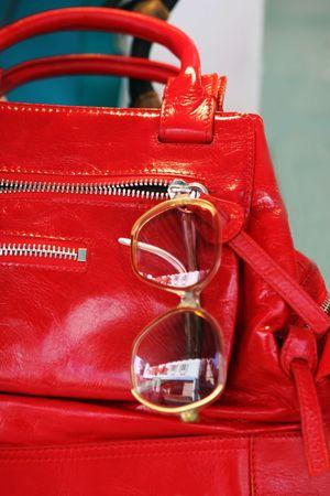 Rote Handtasche und eine Sonnenbrille Lizenzfreie Bilder