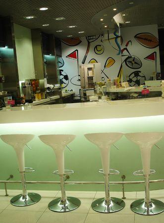 Funky Inneren ein Caf� mit Hocker an der Bar Lizenzfreie Bilder
