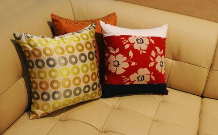 interni casa: Guanciali su un divano in pelle - interni Archivio Fotografico