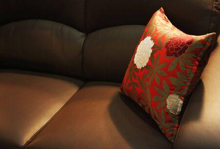 interni casa: Cuscino su un divano in pelle - home interni