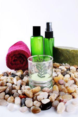 Beauty-und Wellness-Produkte auf Steine