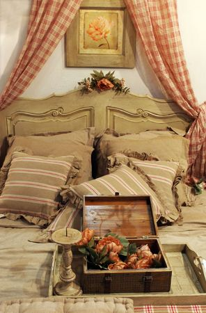 Bedroom in a country-style house - home interiors 版權商用圖片