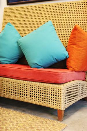 Sofa y cojines en colores modernos - decoración de interiores.  Foto de archivo - 1519091
