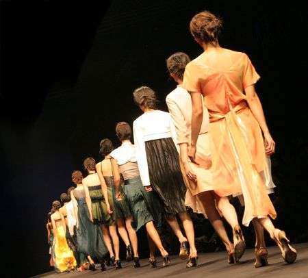 Models on the catwalk during a fashion show. Zdjęcie Seryjne