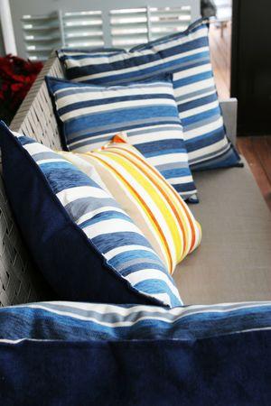 interni casa: Primo piano dei cuscini su uno strato - interiori domestici.