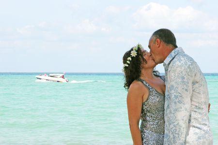 boda en la playa: Feliz pareja durante su boda playa.