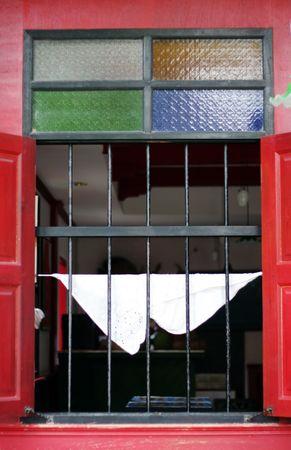 room accents: Red finestra con vetrate accenti.