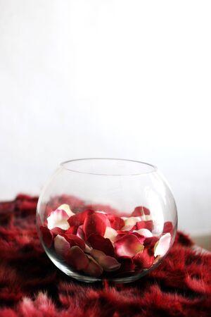 interni casa: Petali di rosa in una ciotola di vetro su un tavolo - home interni.