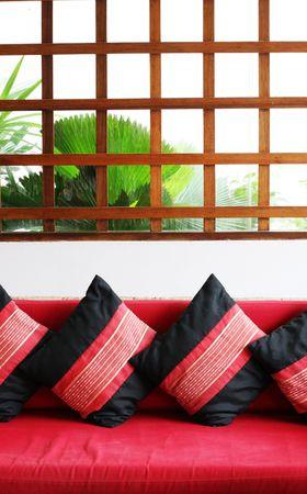 interni casa: Luminoso soggiorno con divano cuscini - home interni.