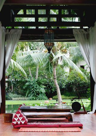 Kissen und Tisch in einem Saal in Thailand - Reise-und Tourismusbranche. Lizenzfreie Bilder