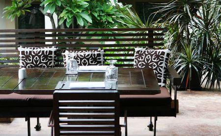 Tabelleneinstellung in ein modernes Restaurant.