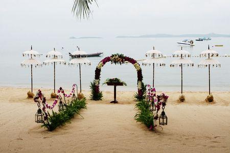 ビーチは、タイの結婚式の装飾されています。