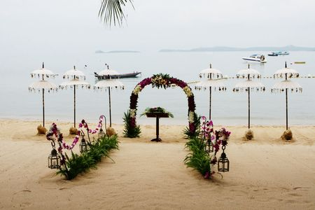 Beach decorated for a wedding in Thailand. 免版税图像
