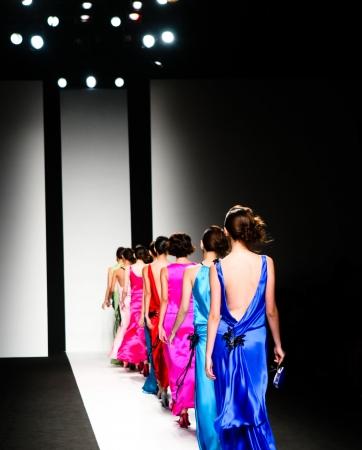 modelo en pasarela: Modelos en la pasarela durante un desfile de moda.