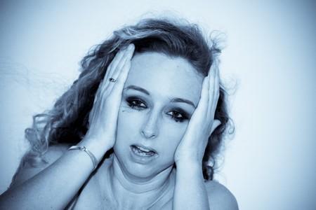 mujer llorando: Close-up de una angustiada mujer joven llorando.
