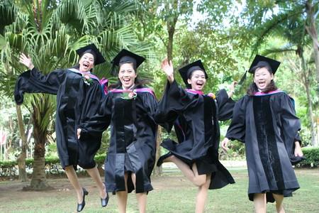 Asian Hochschulabsolventen feiern Erfolg.