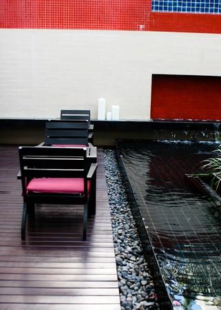 interni casa: Tavolo in legno e sedie da un pool - interni casa moderna. Archivio Fotografico