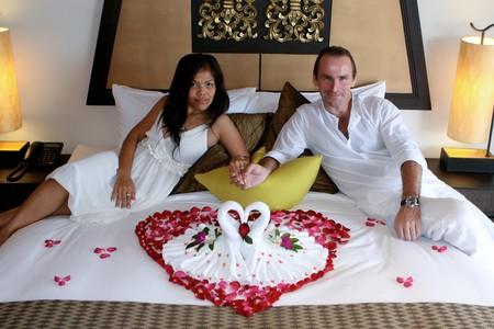honeymooners: Mayor atractivo multicultural en la suite nupcial. Foto de archivo
