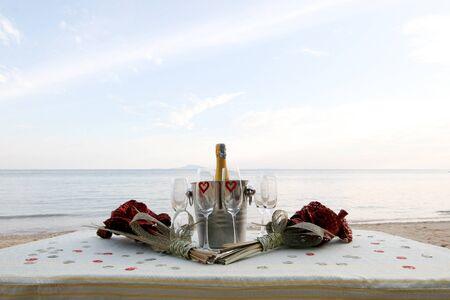 destinos: Refrigeradas champ�n y copas de vino en una mesa en la playa.