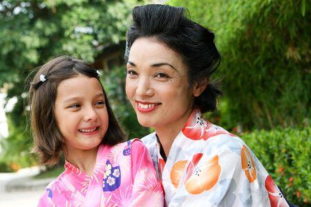 Retrato de familia de una madre japonesa hermosa y su hija, que es el japon�s / Swiss. Foto de archivo - 4584055