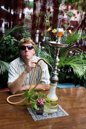 rebeldia: Hombre fumando un narguile tradicional de Oriente Medio. Foto de archivo