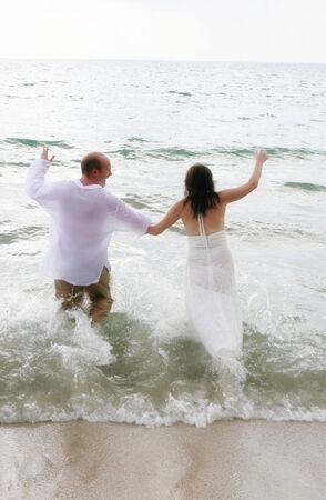 Attractive young bride and groom on the beach. 스톡 콘텐츠