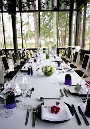Formelle Tabelle auf einer Hochzeit.