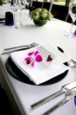 결혼식 피로연에서 공식적인 테이블 설정입니다. 스톡 콘텐츠