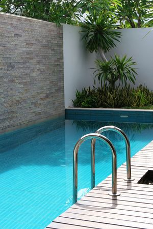 Luxury Swimmingpool in ein sch�nes Zuhause. Lizenzfreie Bilder