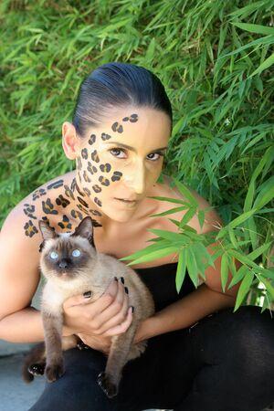 animal print: Donna con animali stampa make-up.