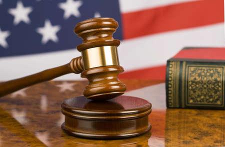 martillo juez: Mazo y bandera americana, s�mbolo para la jurisdicci�n