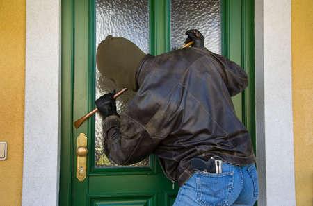 robando: Ladr�n irrumpe en un edificio residencial.  Foto de archivo