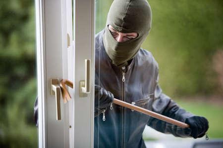 ladron: Ladr�n irrumpe en un edificio residencial.  Foto de archivo