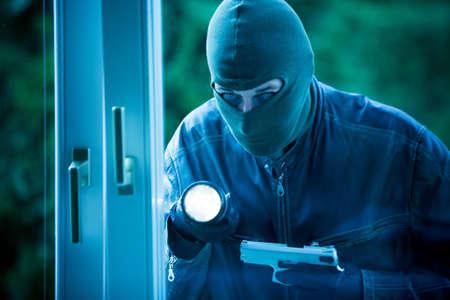 ladrones: Ladr�n irrumpe en un edificio residencial.  Foto de archivo