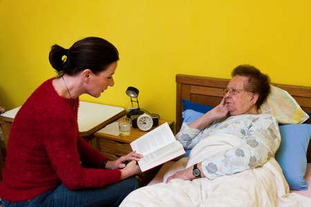 nursing treatment: Enfermo es visitado por altos hija Foto de archivo