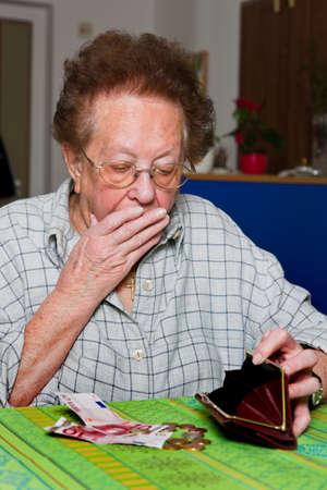 gente pobre: Anciana cuenta su dinero