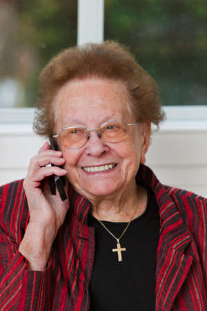 Alte Frau mit einem Telefon-Gespr�ch mit Handy