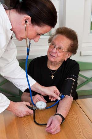 Ein Arzt misst den Blutdruck eines Patienten