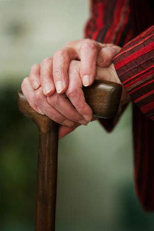 pacientes: Anciana con un palo