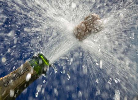 corcho: Ender tapones saltan abrir una botella de champán