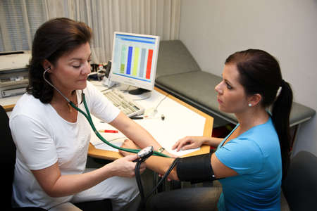 Stehtoskop doctor with the patient attaches the blood pressure photo